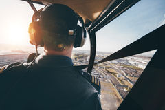 Pilot- flyg en helikopter över en stad Arkivfoton