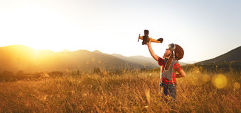 Pilot- flygare för barn med flygplandrömmar av resanden i sommar royaltyfri bild