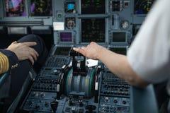 Pilot- hand för ` som s accelererar på gasspjället i en kommersiell airli Arkivfoto