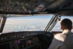 Pilot i en kommersiell cockpit för trafikflygplanflygplanflyg Fotografering för Bildbyråer