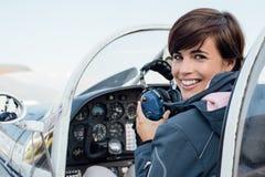 Pilot i flygplancockpiten fotografering för bildbyråer