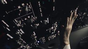 Pilot i kabin av det borgerliga flygplanet stock video