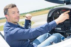 Pilot i ljust flygplan för cockpit royaltyfri foto