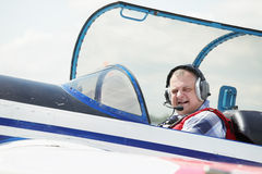 Pilot im Cockpit lizenzfreie stockfotografie