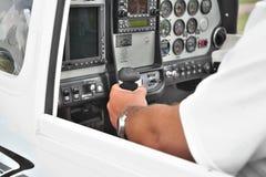 Pilot im Cockpit stockfoto