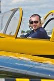 Pilot im Cockpit lizenzfreies stockbild