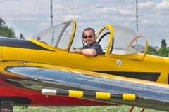 Pilot im Cockpit stockbild