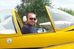 Pilot im Cockpit lizenzfreie stockfotos