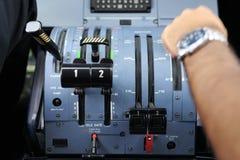 Pilot im Cockpit eines Flugzeuges lizenzfreies stockfoto