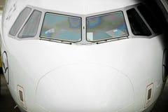 Pilot im Cockpit vor Flug stockbild