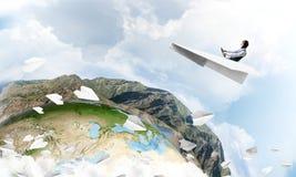 Pilot im ledernen Sturzhelm, der Papierflugzeug f?hrt lizenzfreies stockfoto