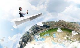 Pilot im ledernen Sturzhelm, der Papierflugzeug f?hrt lizenzfreie abbildung
