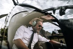 Pilot innerhalb des Hubschraubercockpits stockfotografie