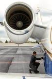 Pilot- knäfallaundet jetmotorn royaltyfri bild