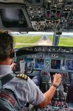 Pilot Landing ein Flugzeug lizenzfreie stockfotos