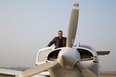 Pilot med flygplanet, når att ha landat Arkivfoto