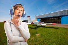 Pilot mit Kopfhörer draußen Stockfotos