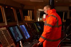 Pilot/Navigator auf der Schiff ` s Brücke Stockbild