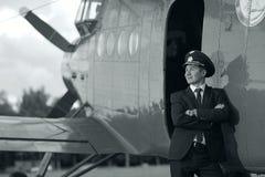 Pilot- near tappningflygplan Royaltyfri Bild
