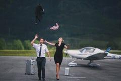 Pilot och en härlig flicka på landningsbanan arkivbilder