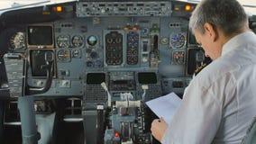 Pilot przygotowywa lot i sprawdza niektóre dokumenty zbiory wideo