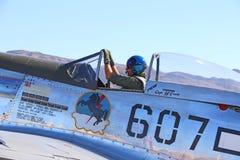 Pilot- sammanträde i hans flygplancockpit Arkivbild