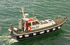 Pilot Ship in einem modernen Hafen Lizenzfreies Stockbild