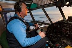 Pilot steuert das alte Flugzeug Lizenzfreie Stockbilder