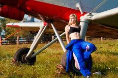 Pilot- tyckande om solljus för sexig kvinna utomhus Arkivbilder