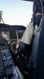 Pilot und Kopilot im Unternehmensflugzeug im Cockpit, Versuchsbetrieb mit Bedienfeld stockfoto