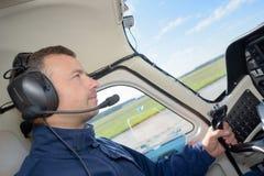 Pilot w kokpitu samolocie Zdjęcie Stock