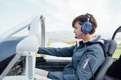 Pilot w samolotu kokpicie Obrazy Stock
