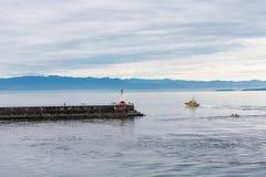 Pilota Boat Rounding Victoria Lighthouse Fotografie Stock