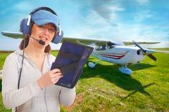 Pilota con la cuffia avricolare ed il knee-pad Fotografie Stock Libere da Diritti