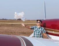 Pilota del ragazzino con l'aereo fatto a mano Fotografia Stock