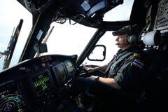 Pilota dell'elicottero in volo per l'operazione dell'impianto offshore Fotografie Stock