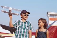Pilota della bambina e del ragazzino con l'aereo fatto a mano Immagine Stock Libera da Diritti