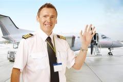 Pilota di linea aerea all'ondeggiamento dell'aeroporto Fotografie Stock