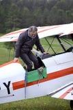 Pilota di un biplano felice dopo l'atterraggio Fotografia Stock