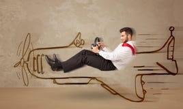 Pilota divertente che conduce un aeroplano disegnato a mano sulla parete Fotografia Stock Libera da Diritti