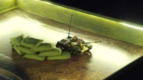 Pilota do TV zabawkarski cysternowy poruszający na sztuki desce zbiory wideo