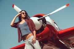 Pilota ed aeroplano della donna immagine stock libera da diritti