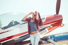 Pilota ed aeroplano della donna fotografia stock