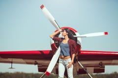 Pilota ed aeroplano della donna fotografie stock libere da diritti