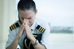 Pilota femminile agitato preoccupato sul lavoro immagine stock libera da diritti