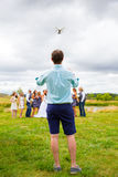 Pilota Flying Drone dell'elicottero del quadrato a nozze Fotografie Stock Libere da Diritti