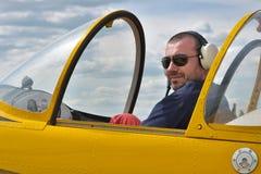 Pilota nella cabina di pilotaggio Fotografia Stock
