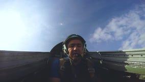 Pilota nella cabina di pilotaggio di un jet video d archivio
