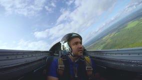 Pilota nella cabina di pilotaggio di un jet stock footage
