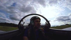 Pilota nella cabina di pilotaggio di un jet archivi video
